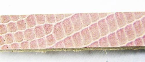 Bőr karkötőalap, 6 x1 mm, púderrózsaszín lakk, kígyóbőr mintás